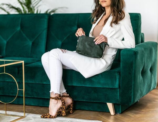 Modelka w białej stylizacji ze skórzaną torebką w kolorze butelkowej zieleni - Damska torebka skórzana Betlewski