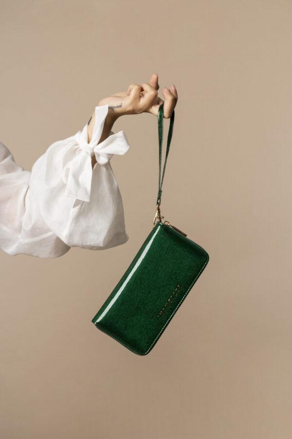 Skórzany lakierowany portfel damski z paseczkiem na nadgarstek w kolorze zielonym