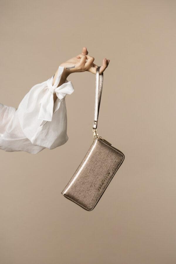 Skórzany lakierowany portfel damski z paseczkiem na nadgarstek w kolorze szarym