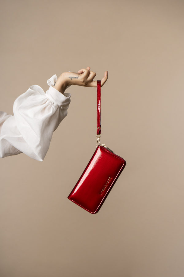 Skórzany lakierowany portfel damski z paseczkiem na nadgarstek w kolorze intensywnej czerwieni