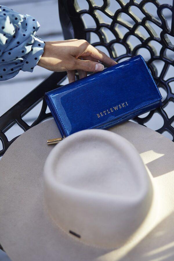 Niebieski lakierowany portfel damski ze skóry Betlewski ROYAL6