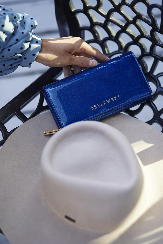 _I8A258Niebieski lakierowany portfel damski ze skóry Betlewski ROYAL6