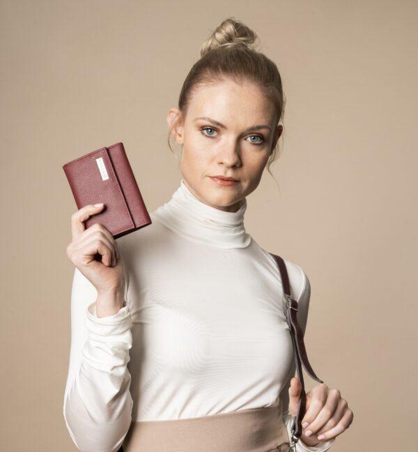 Skórzany portfel damski - Mały portfel damski Betlewski® zamykany na bigiel ze skóry Saffiano