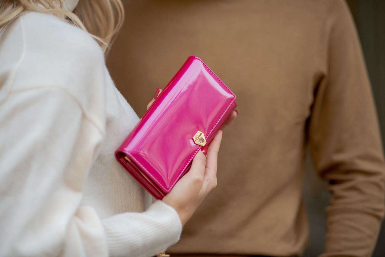 Skórzany portfel damski z lakierowanej skóry Betlewski BPD-VS-100 ROSE