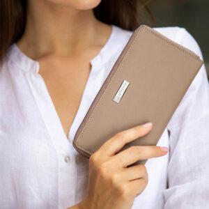 Skórzany portfel damski saffiano na zdjęciu z modelką