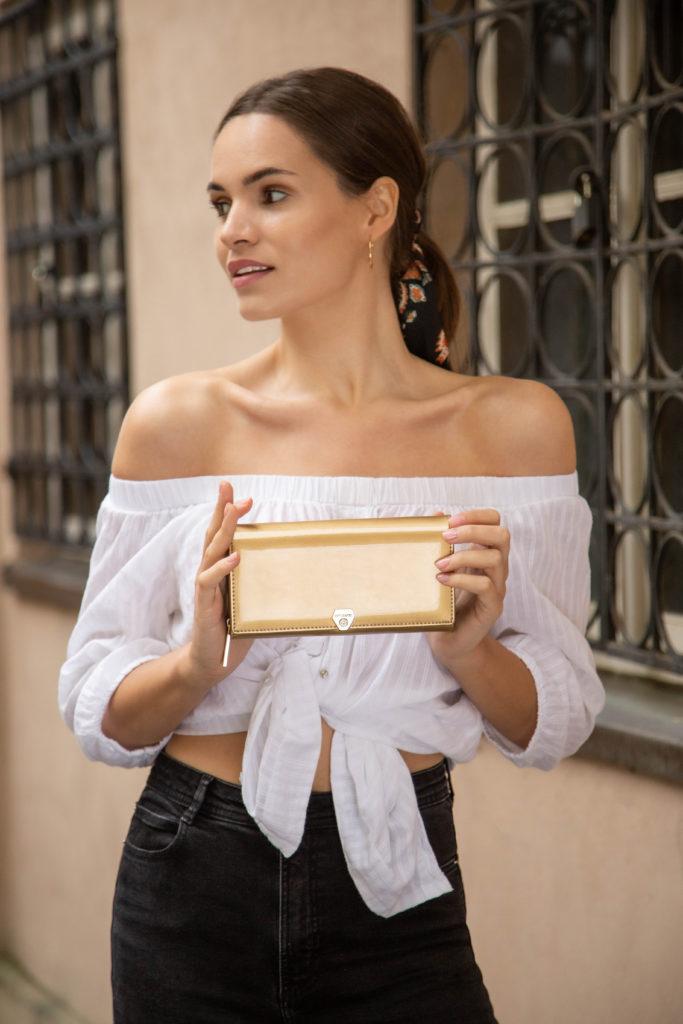 Złoty Portfel damski SHINY BPD-VS-106 w stylizacji z modelką