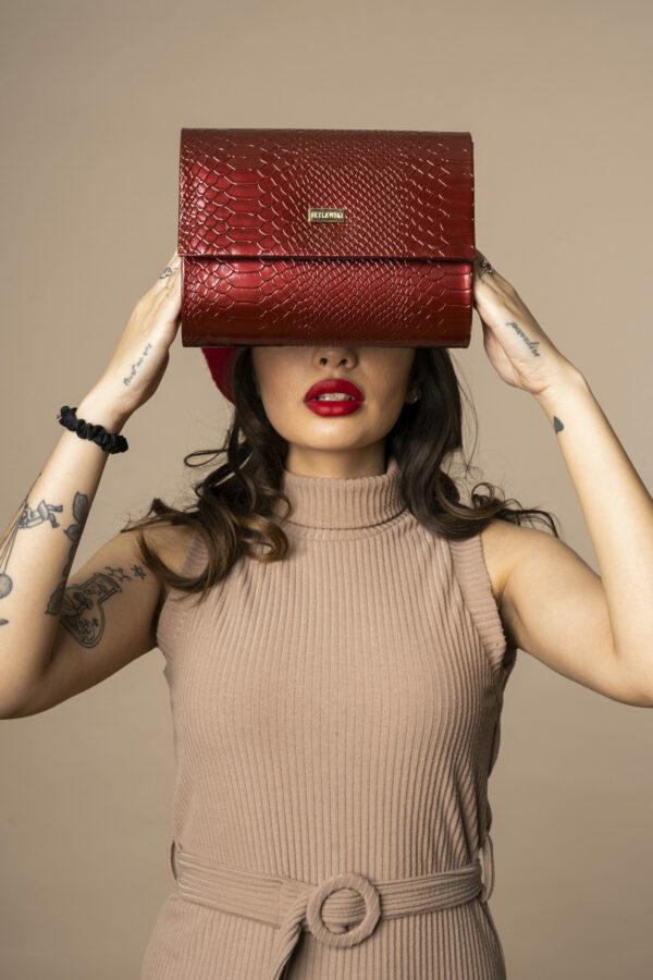 Modelka Mila w stylizacji z torebką kopertówką w kolorze bordowym - Torebka wizytowa - kopertówka Betlewski